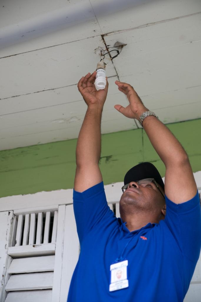 EDENORTE sustituye bombillas de alto consumo en sector de Dajabón