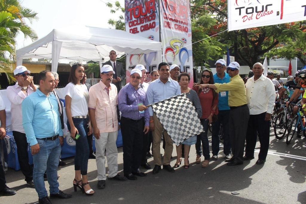 El ingeniero Julio César Correa realiza el banderazo de honor, dejando iniciado Tour Ciclístico del Cibao.