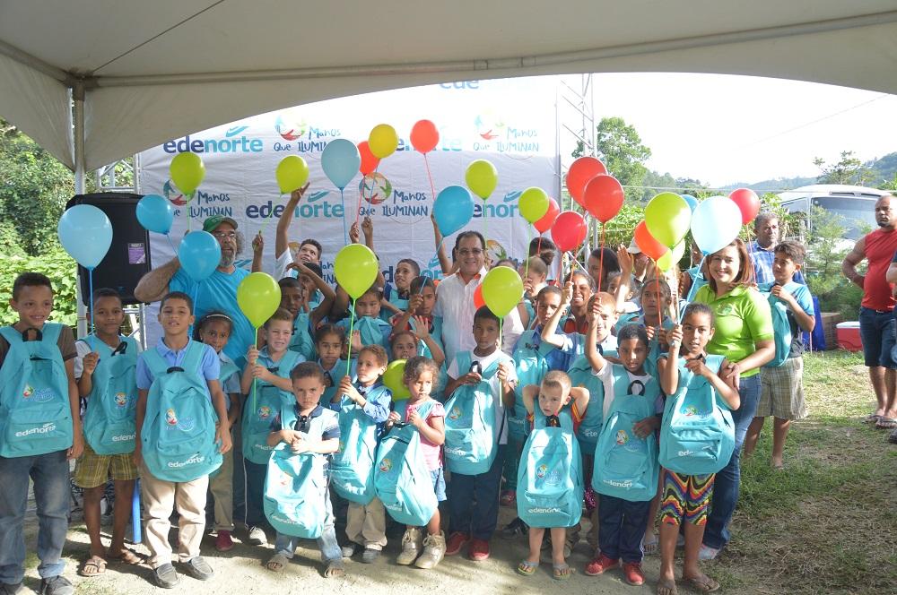 EDENORTE dona mochilas y útiles escolares a estudiantes de escasos recursos económicos
