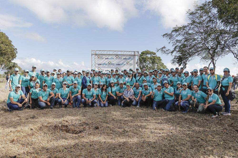 Voluntarios de Manos que iluminan y Libby Padilla encargada de la Agencia Forestal del Plan Sierra.