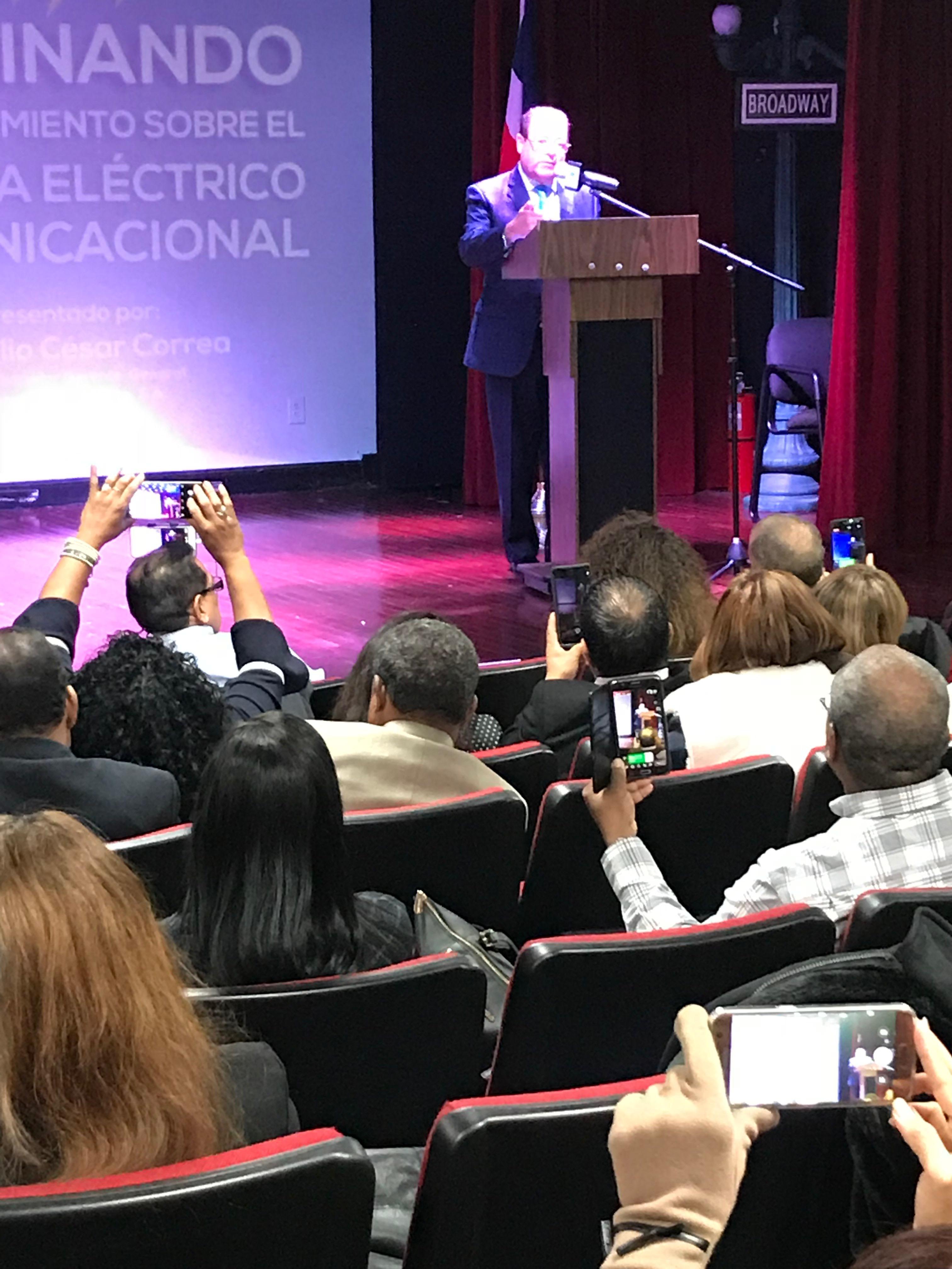 Instante en que el ingeniero Julio César Correa pronuncia la conferencia.