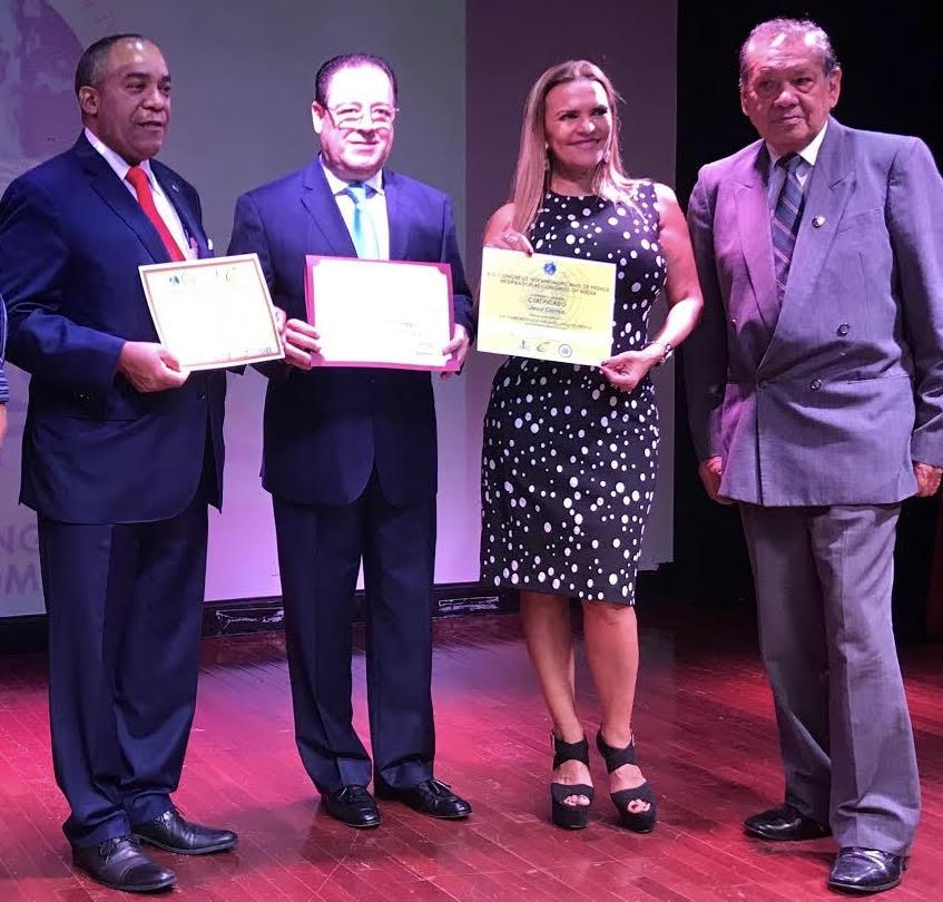 El ingeniero Julio César Correa recibe las resoluciones de las alcaldías de Nueva York y Nueva Jersey, así como el certificado de participación en el congreso, entregado por organizadores del evento.