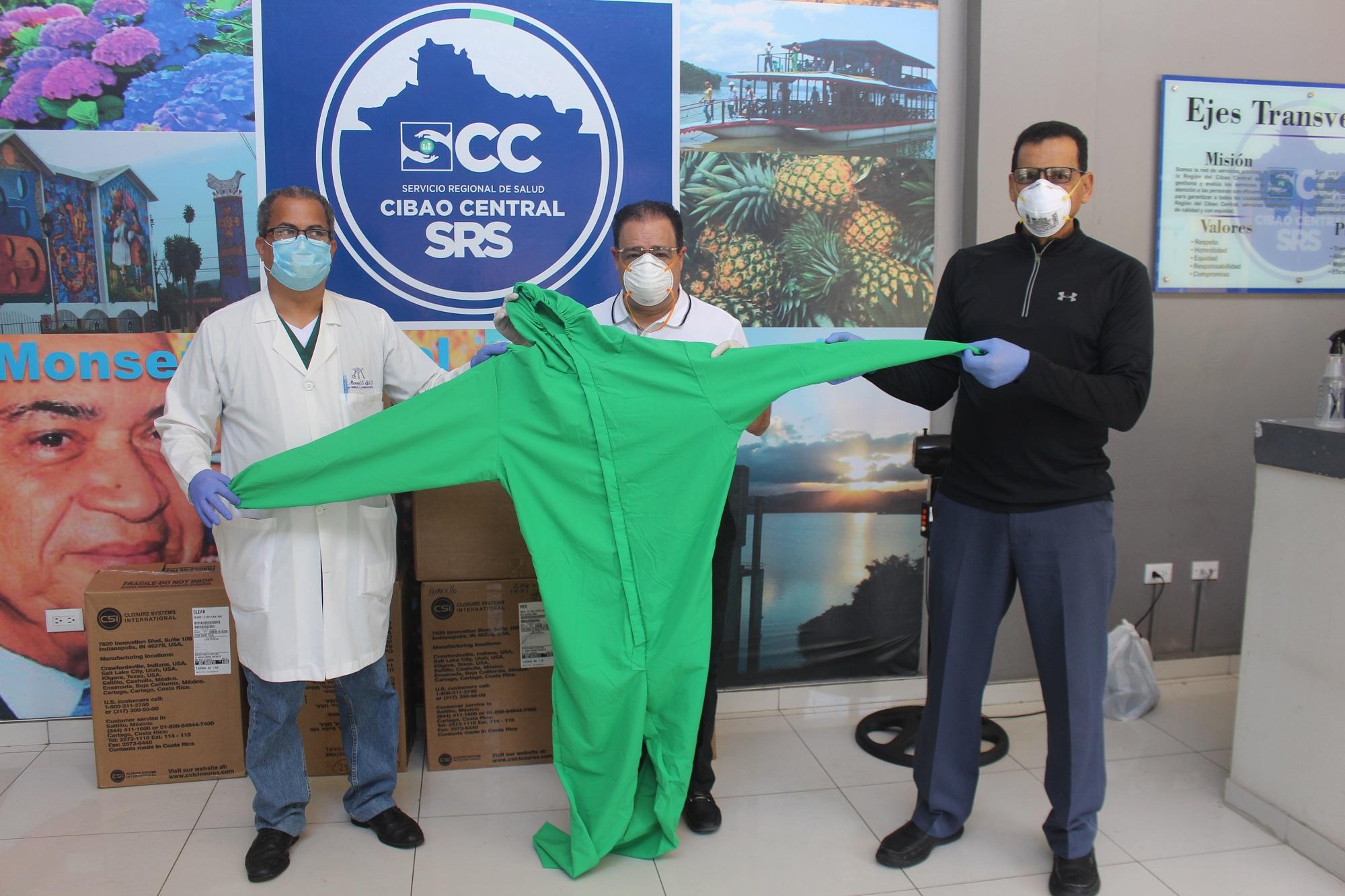 El ingeniero Julio César Correa entrega la donación a los doctores Freddy Abad y Manuel Gil.