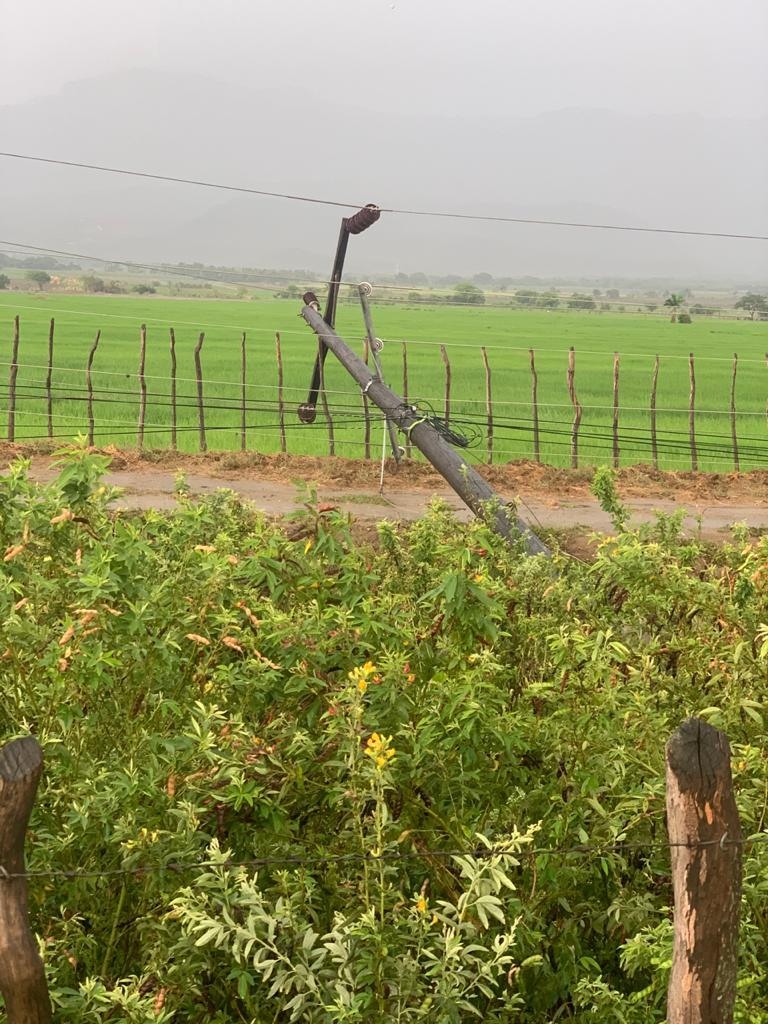 Ventarrón derriba postes y provoca suspensión eléctrica en varias comunidades de la Línea Noroeste