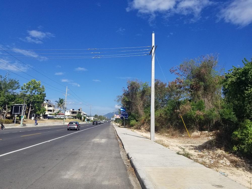 EDENORTE reubica postes de luz en carretera Playa Dorada-Sosúa