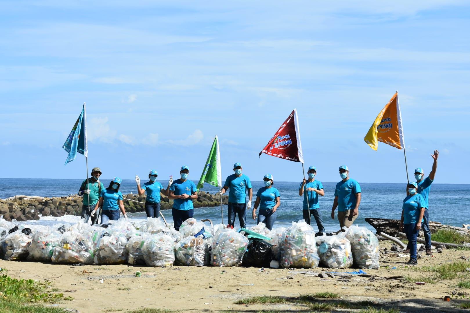EDENORTE realiza jornada de limpieza en playa Matancita, Nagua