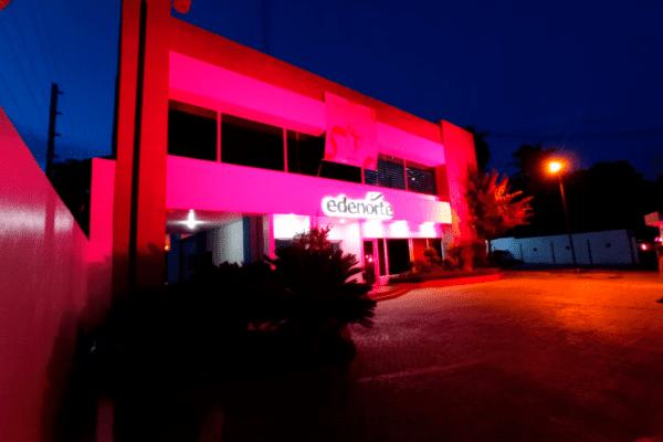 Por la prevención del cáncer de mama iluminan con color rosado Edificio Administrativo de EDENORTE