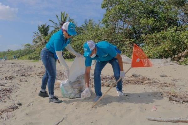 Colaboradores de Edenorte realizan limpieza en playa Cangrejo